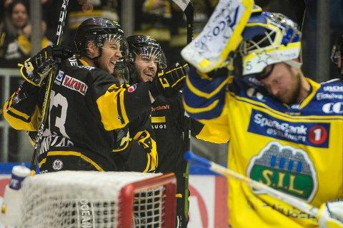 Stavanger jubler for scoring i 4-3-seieren over Storhamar i NM-semifinalen torsdag. Det står 2-2 i best av sju kamper mellom rivalene. Foto: Carina Johansen / NTB scanpix