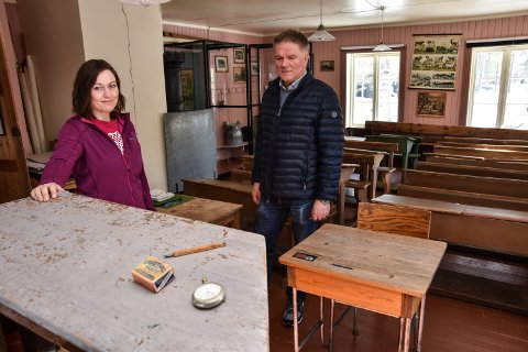 MYSTISKE GJENSTANDER: Line Troøyen og Ola Mørkhagen har ingen forklaring på hvordan et ukjent lommeur, en eske med pennesplitter og et penneskaft dukket opp i den gamle skolebygningen på Glomdalsmuseet.