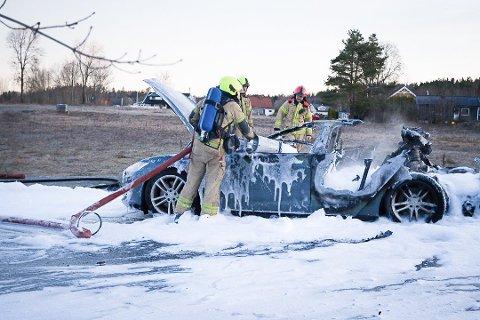 SLUKNINGSARBEID: Tirsdag morgen måtte Follo brannvesen frem med skumkanonen i etterslukningsarbeidet. Foto: Eirik Løkkemoen Bjerklund