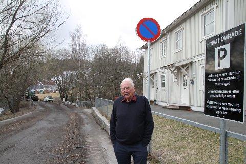 P-FORBUD: Olv Arne Øye er lite begeistret over at Bymiljøetaten har satt opp P-forbud-skilt i Leirskallsvingen.- En god del av veien er jo opprinnelig min eiendom.