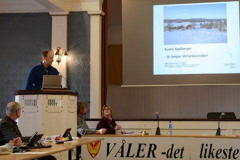 ORIENTERTE: Håkon Rustad i Eidsiva Vindkraft orienterte  om vindmøllene i Kjølberget. Politikerne fra venstre Svein Olsen, Espen Svenneby og Lise Berger Svenkerud følger med.