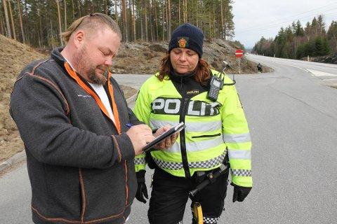 SURT: Tommy Kleven godtar bota han akkurat har fått av politiførstebetjent Marian Myrli Gundersen fra Utrykningspolitiet. Foto: Lars Fogelstrand
