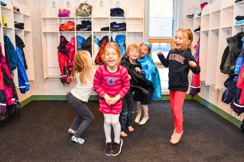 JIPPI: Det er gøy å tøyse og tulle i den gamle barnehagen igjen, synes Norah Trumet Haugsdal (6), fra venstre, Julia Kwiecien 5), Konrad Strand (6), Milly Sophia Heimstad Lewis (6) og Nora Sandvold (5).