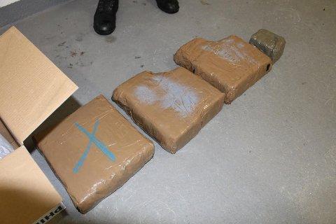 FANT DETTE NEDGRAVD: Tre svære og en mindre pakke med hasj var det politiet fant i en pappeske som var nedgravd ved Drevsjø i Engerdal tidligere i år. En mann og en kvinne er siktet i saken. Beslaget er på cirka 20 kilo.