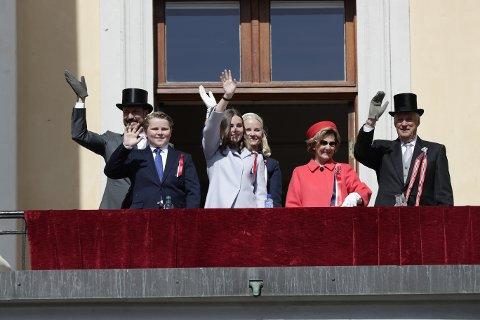 Barnetoget går forbi Slottet hvor kronprins Haakon, prins Sverre Magnus, prinsesse Ingrid Alexandra, kronprinsesse Mette-Marit, dronning Sonja og kong Harald vinker fra slottsbalkongen 17. mai.