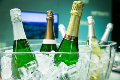 Det er mange som kommer til å skåle med bobler i glassene i dag. Her er champagne avbildet.