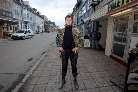 SKJELT UT: – Jeg har aldri opplevd noen reaksjoner fra politiet eller andre på grunn av kniven, sier snekker Emil Theodorsen Johnsen Foto: Øystein Solvang