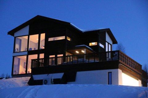 DRØMMEHUS: Håvar og Kathrine har bygget huset de skal bo i resten av livet, på Skreia. Foto: Privat