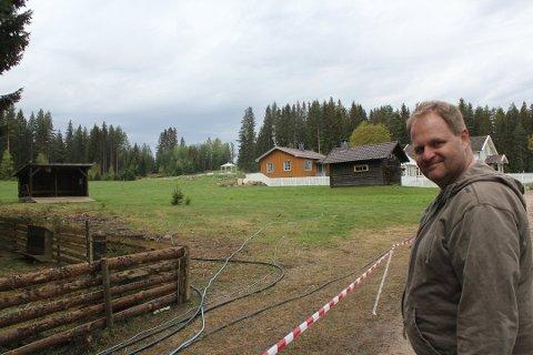 NY DRAKT: Det er gjort forandringer på Gjedtjernet gård siden Farmen ble spilt inn. Bygninger er flyttet og huset har fått ny farge. Produsent Sebastian Sandsgaard gleder seg til å ta imot 12 kjendiser torsdag.