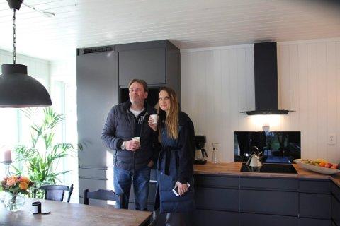 FÅR MYE SYMPATI: – Det er artig at folk engasjerer seg. Men er egentlig litt drøyt med en innsamingsaksjon, sier Emma Vestby-Kornstad og faren Jostein Kornstad. Her er de på kjøkkenet i hytta de bygde i Sommerhytta.