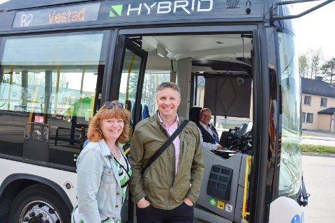 KJØR KOLLEKTIVT: Fylkesråd Anne Karin Torp Adolfsen og administrerende direktør i Hedmark Trafikk Arne Fredheim byr på gratis bussreiser i Hedmark 5. juni, samt billetter for 10 kroner i hele skoleferien.