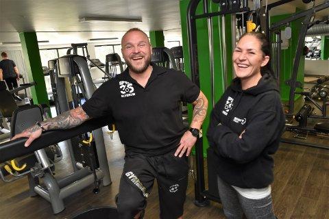TAKKER KONA: - Tanja har vært søylen i livet mitt og hjulpet meg gjennom mørke perioder, sier tidligere yrkessoldat Tom Jenssen, nå styreleder i Sprek365 Elverum. Her sammen med kona Tonja som også jobber på treningssenteret i Elverum.