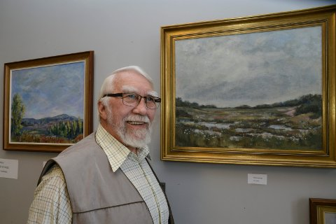SELGER: Daghild Ekberg var en kjent og beundret kunstmaler i Våler. Hun gikk bort for tre tiårsiden. Nå vurderer ektemannen Ove Ekberg å selge bildene for å sikre dem for ettertiden.