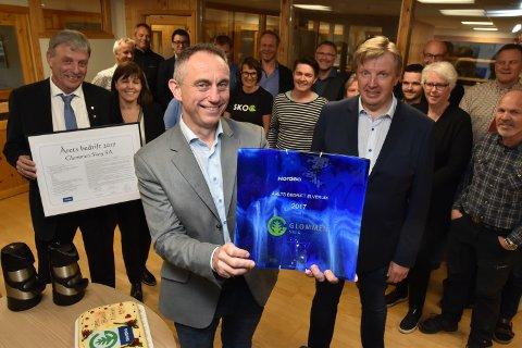 FORRIGE VINNER: Glommen Skog-sjef Gudmund Nordtun tok imot prisen fra Nordeas Nils O. Øverby (til høyre) i mai 2019. I bakgrunnen blant andre Arnfinn Uthus, som da var fungerende ordfører i Elverum.