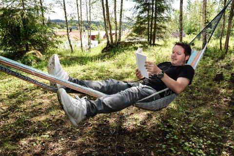 STEFFENS NYE LIV: Steffen Dahl har slått seg ned på et småbruk i Grue, og kobler gjerne av med sin egen bok – den uten et eneste ord.