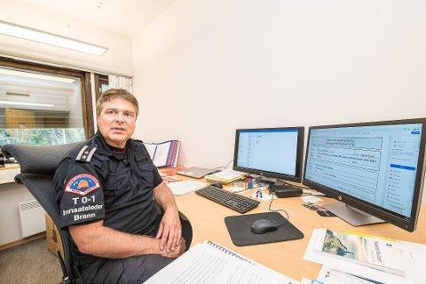 Morten Thoresen i Nedre Romerike Brannvesen har jobben med å bekrefte at brannbilene har vært på lovlig utrykning. Foto: Vidar Sandnes
