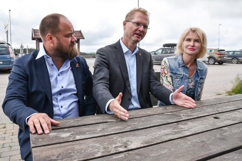 FÅR KRITIKK: Tor André Johnsen (i midten), her sammen med Truls Gihlemoen og Helle Jordbræk, blir beskyldt for bløff etter fredagens påståtte gladnyhet om 200 millioner kroner til riksveg 3/25.