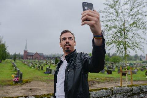 SELFIE: Sogneprest, Geir Wiknes bruker selfier til å dele lykkelige begivenheter fra kirken.