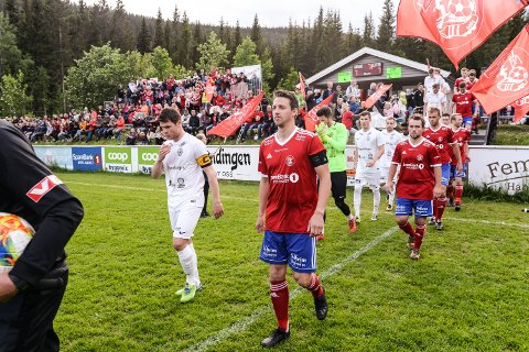 OPP- OG NEDRYKKSKAMP: Albert Berisha (til venstre) og Trysil FK ligger svært godt an til å spille avgjørende opprykkskamp mot Toten i 4. divisjon. For Stian Lund og Engerdal handler det fortsatt om å holde nok lag bak seg til at det blir 4. divisjonsspill i Heggeriset også i 2020.