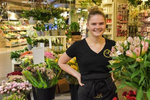 SOMMERJOBB: Kaia Olsen Lierstuen (18) fra Elverum har sommerjobbene hun hadde i fjor.
