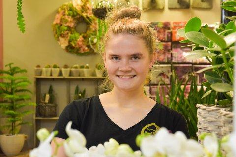 BLOMSTERPIKE OG DYREPASSER: Kaia Olsen Lierstuen jobber fire dager i uka på Glomdalsmuseet.de andre dagene jobber hun på Marihøna.