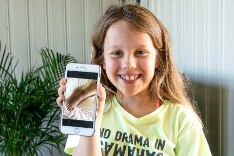SMIL: Amanda Gulliksen Slåke (8) lot seg ikke skremme og tar hele opplevelsen med et stort smil. (Foto: Tor-Arne Dunderholen)