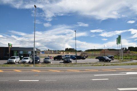 PARKERING: Kiwi avviser ingen som vil parkere på deres parkeringsplass på dagtid. Ydalir barnehage og skole i bakgrunn.