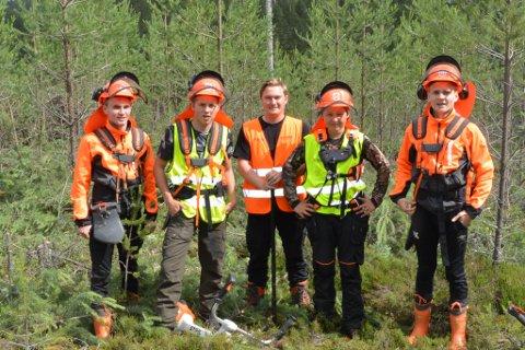 GJENGEN fra Åsnes. Fra venstre mot høyre: Lars Kørra, Viktor Holter, Sander Lisarud og Petter Kørra. I midten står Wilhelm Klingeberg Andersen.