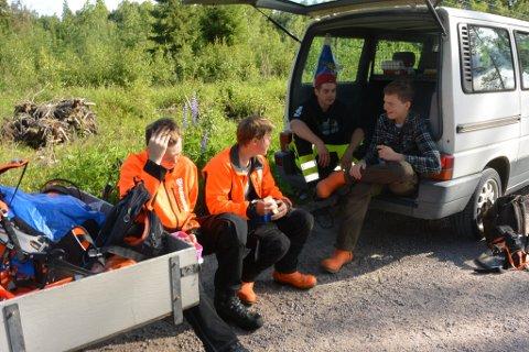 EN liten pause. Fra venstre mot høyre: Simen Krogstien, Preben Bru Trongaard, Viktor Rønningen og Jens Svenkerud. Disse gutta holdt på ved Haslemoen.