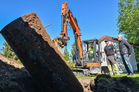 OLJETANKEN LØFTES OPP: Så er oljetanken frigjort fra rørene og jorda. Eier Svein Saksvik (til høyre), Thor Michael Vardebakken fra Arnkværn og graveentreprenør Krister Dæmroen.
