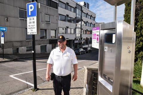GAARDERBAKKEN: Trafikkbetjent Alf-Helge Rask ved billettautomaten i Gaarderbakken, der det nå er langtidsparkering.