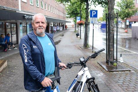 SALG: Steinar Jensen på Sport1 i Storgata solgte godt i sin søndagsåpne butikk under Elverumsdagene.