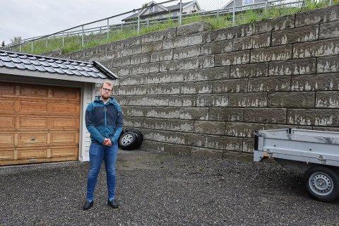 VENTER PÅ SVAR: Birger Lunheim klagde for tre måneder siden til kommunen og NCC på at det kommer vann fra Nordåsveien inn på gårdsplassen. Siden da har han ikke hørt noe mer om saken.