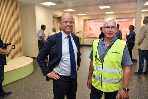 MØTTES I ELVERUM: NHO-direktør Ole Erik Almlid (til venstre) og Nils Raymond Laeskogen i Betonmast Innlandet på omvisning i nye Ydalir skole.