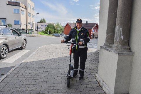 ELEKTRISK: Parkeringsvakt, Eva Skogen Andersen har fått el-sparkesykkel som nytt hjelpemiddel på jobb. Den kan kjøre opptil 22 km/t.