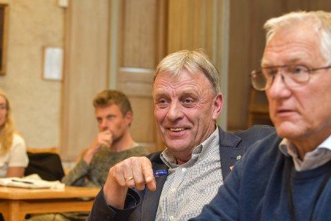 SNAKKER MED ALLE: Arnfinn Uthus (Sp) opplyser at han snakker med alle for å oppnå mest mulig i formannskapsvalget. Her med Dag Martin Bakken (Frp) til høyre og Gjermund Gjestvang (MDG) i bakgrunnen.