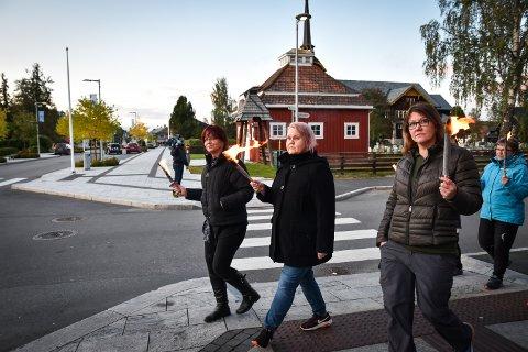 FAKKELTOG: Gunn Elisabeth Engemoen (i midten) og Britt Wigdehl var initiativtakerne til fakkeltoget. De hadde håpet på flere fakkelbærere.