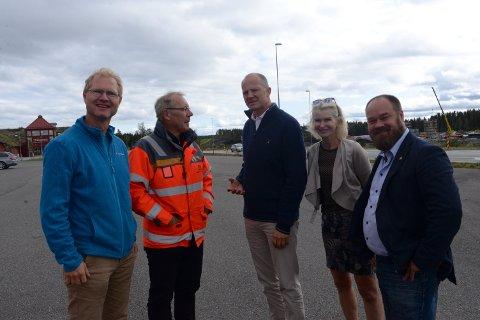 POSITIVT ARBEID: Representantene fra Frp fikk høre mye positivt fra arbeidet på nye rv. 3/25. Fra venstre: Tor André Johnsen, prosjektleder Taale Stensbye, Ketil Solvik-Olsen, Helle Jordbæk og Truls Gihlemoen.