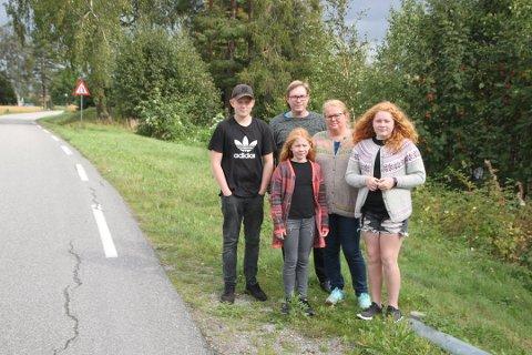 MÅ KJØRE SELV: Amund (14), Andrea (10) og Mari (14) er avhengige av å bli kjørt selv. Hvis ikke blir det en lang busstur. Mamma Randi og pappa Cato fortviler.