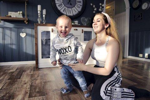 GOD KONTAKT: Malin Pedersen (19) fra Elverum ble mamma som 17-åring. – Jeg er så glad i og stolt av Emil og ville aldri hatt det annerledes, sier Malin som var tilbake på skolebenken etter et halvt år.