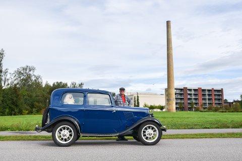 TUR: Steinar Svendsberget og hunden Santi hygger seg på tur i statsministerens gamle bil.