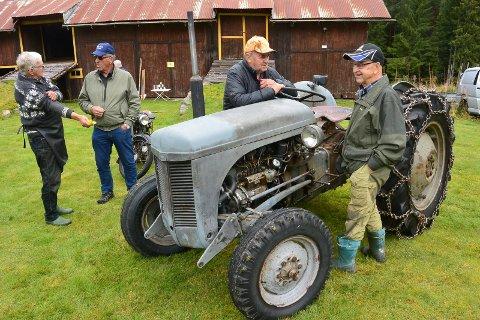 MØTE VED TRAKTOREN:  Fra venstre Otto Skogheim, Gunnar Køien, Eyvind Strand og Einar Gransjøen i prat ved den gamle traktoren.