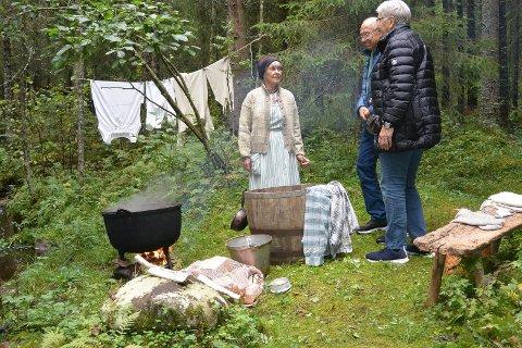 KLESVASK: Klesvask ved bekken er en sikker gjenganger. Else Sagmoen forteller her om den gamle tradisjonen.