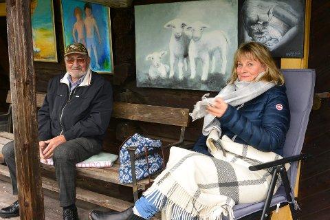 KUNST: Karen Auke stilte ut malerkunst, og her har hun besøk av Helge Østgård fra Gravberget.