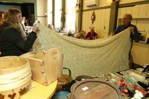 I SVING: Harald Nordvang i ferd med å selge et sengeteppe Lena Karlsen fra Våler falt for.