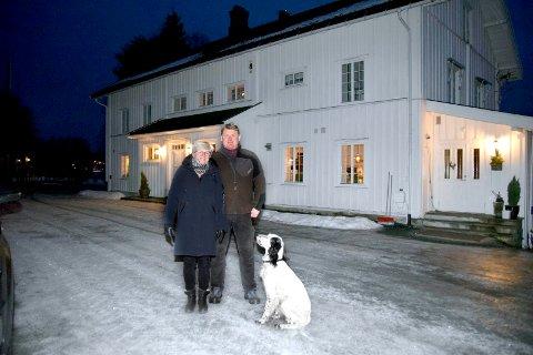 TRADISJONSRIKT: Berit og Amund Grindalen bor på en av Elverums eldste gårder.