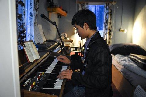 MUSIKER: Jonas Wayu Berntsen (14) spiller omtrent alle instrumenter du klarer å tenke på.