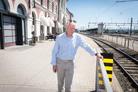 FORNØYD: – Løsningen gjør at stasjonen oppgraderes og at byen åpnes opp mot Mjøsa, sier Hamar-ordfører Einar Busterud