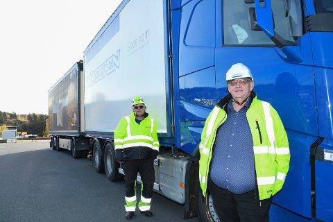 Begeistret: - Det blir kjempemessig med firefelts motorveg fram til Moelv, sier Morten Kristiansen (t.h.), konsernsjef i Moelven Industrier.  Lastebilsjåfør Leif Glorud gleder seg til å ta i bruk den nye vegen.