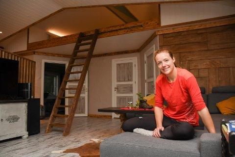 Strålende fornøyd: Åshild Hveem har bygd sitt eget drømmehus i Veldre. - Jeg er strålende forønyd med resultatet, sier 30-åringen.